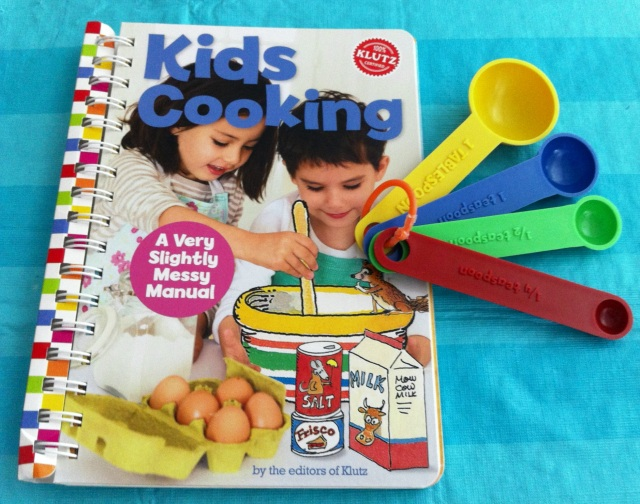 Kid's Cooking: A Very Slightly Messy Manual by Klutz Editors